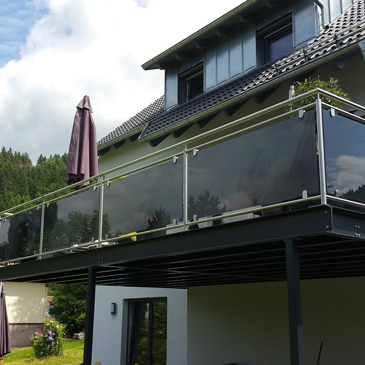 Balkon mit Glasverkleidung