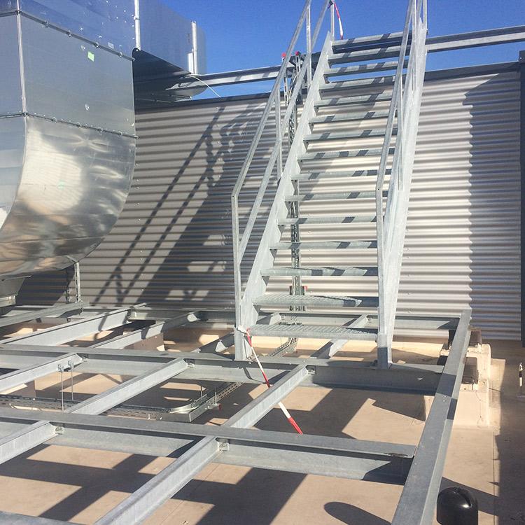 Metalltreppe auf Metallgestell mit Dach im Hintergrund