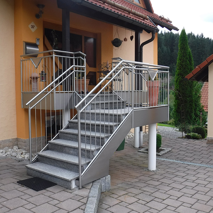 Metalltreppe am Hauseingang