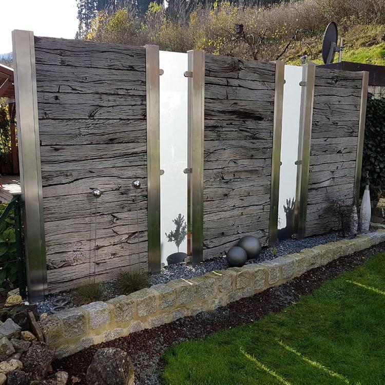 Holzzaun in Garten